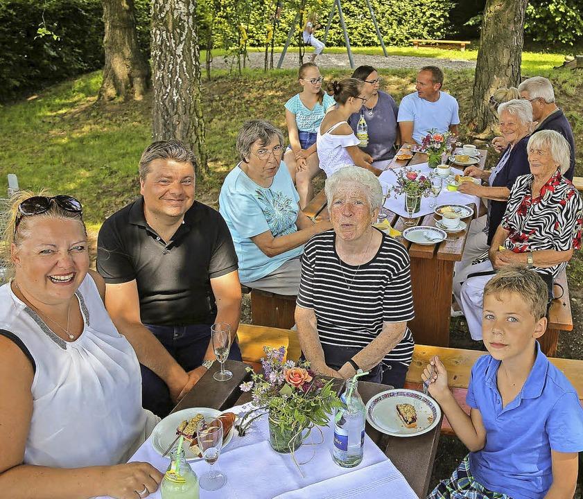 Beim Spielplatzfest in Kippenheim läss... essen und gesellig beieinander sein.     Foto: Sandra Decoux-Kone