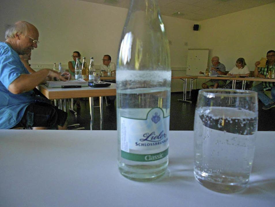 Wasser gab's in der   Sitzung di...und Presse, sondern auch für  Zuhörer.  | Foto: Victoria Langelott