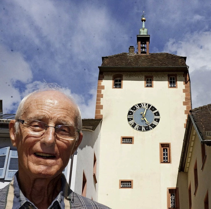 Stadtführer Herbert Herrmann vor dem o...lagen im Takt der Zeiger der Turmuhr.   | Foto: Ursula Freudig