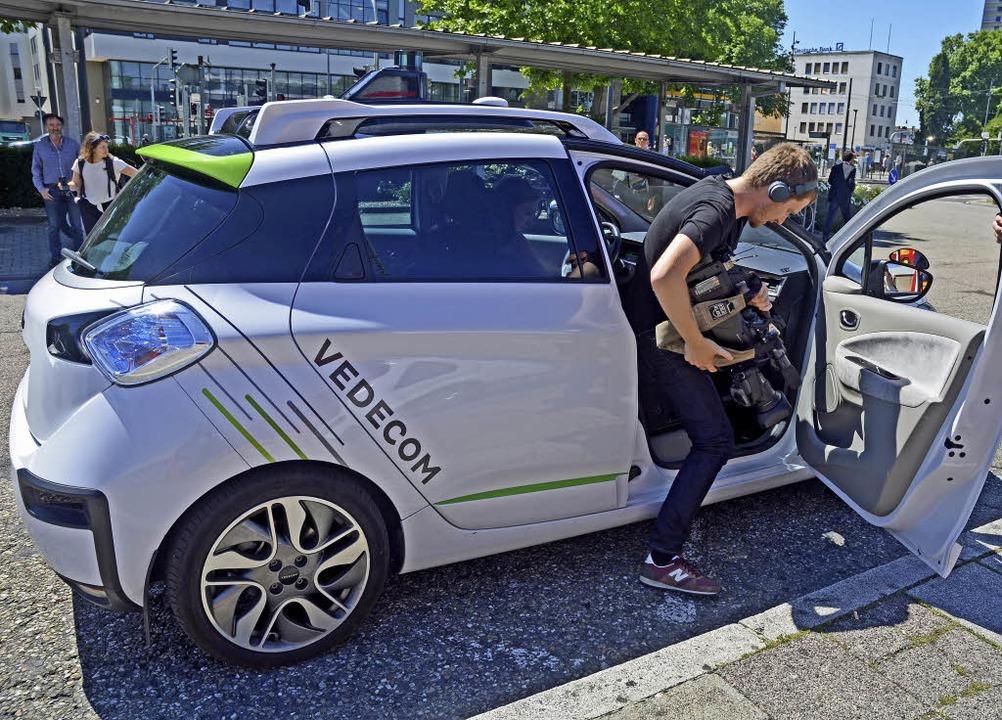 Zahlreiche Journalisten und Kamerateam...f in Kehl aus dem autonomen Taxi aus.   | Foto: Stadt Kehl