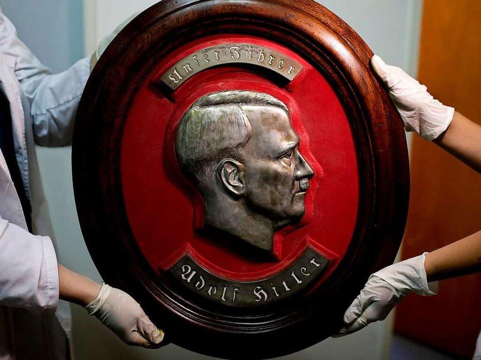 Auch dieses Relief von Adolf Hitler wurde  gefunden.   | Foto: dpa