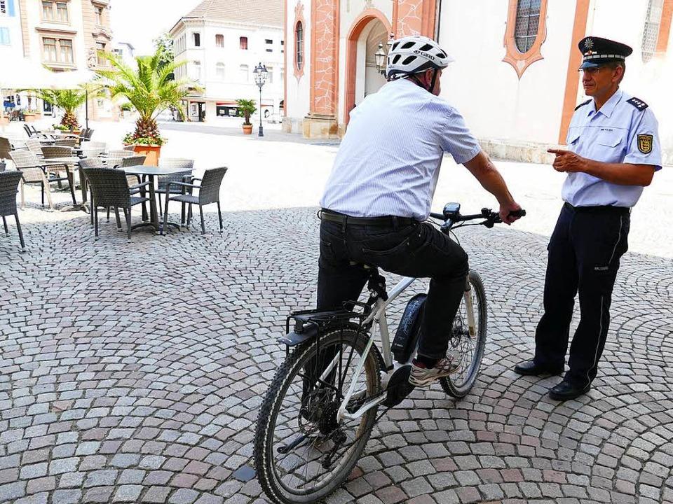 Den mahnenden Finger des Polizeibeamte... ist, muss mit einem Bußgeld rechnen.   | Foto: Axel Kremp