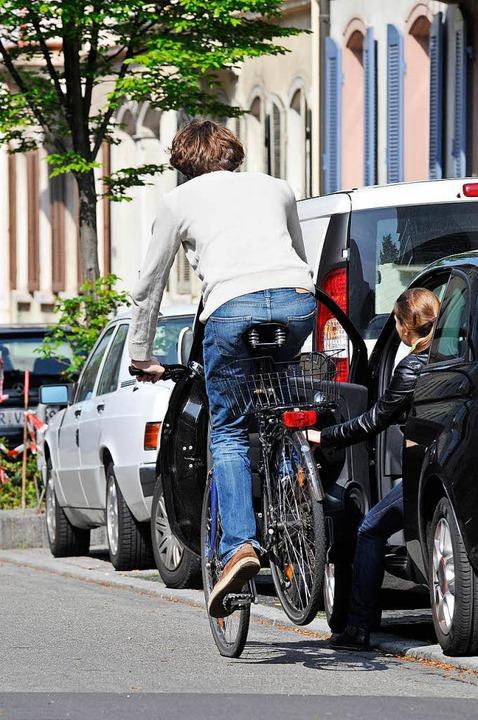 Das kann tödlich enden: Der Radfahrer ...1;  und trägt nicht einmal einen Helm.  | Foto: Ingo Schneider/DPA