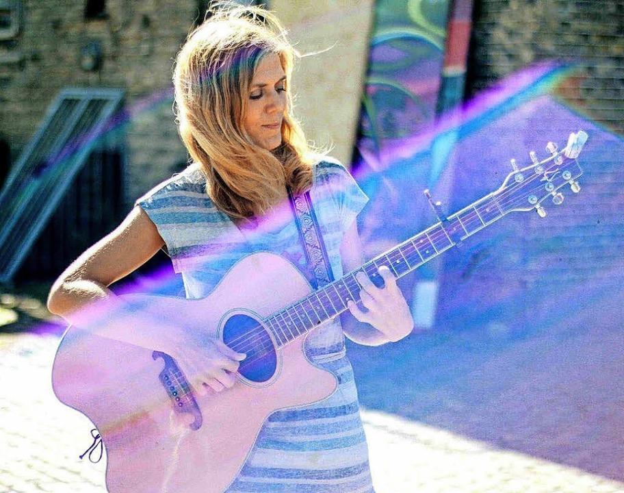 Stimme, Gitarre und eigene Songs: Anne Pe   | Foto: PR