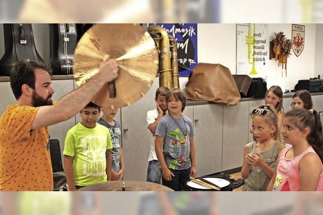 Kinder lernen Musikinstrumente kennen