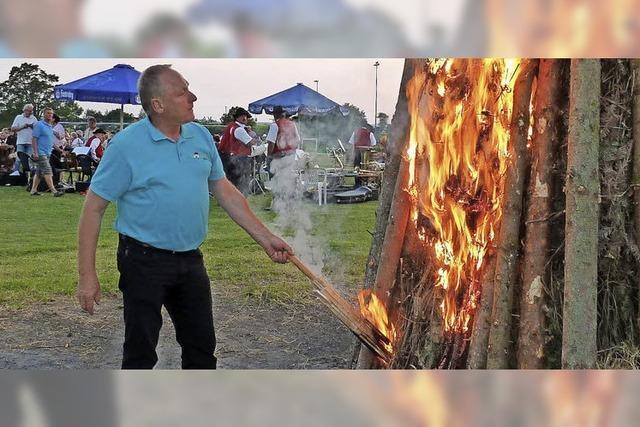 Freunde und Familien blicken gebannt in die Flammen