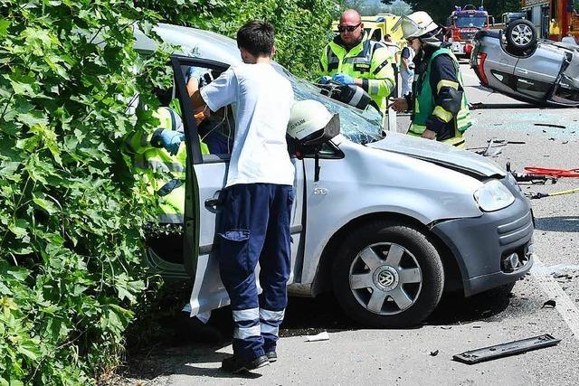 Schwerer Unfall in Lahr: Zwei Autos stoßen frontal zusammen