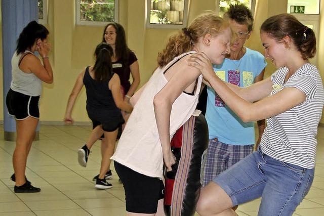 Mädchen lernen, sich zu verteidigen