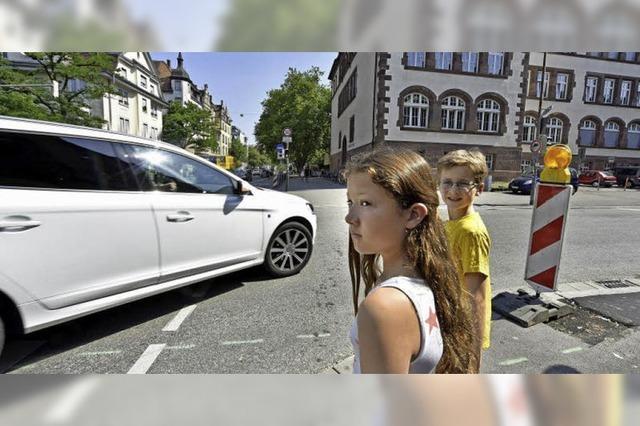 Hebelschüler-Eltern fordern mehr Sicherheit für Fußgänger an der Eschholzstraße