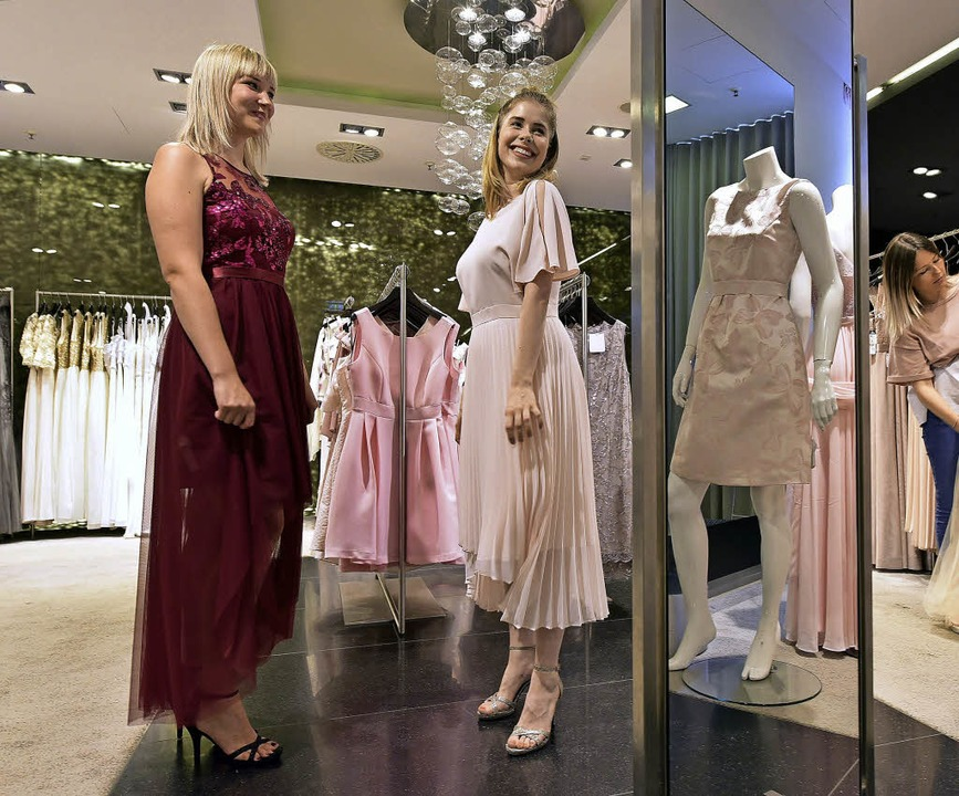 Schaulaufen für den großen Tag, und zwar den Abiball: Anprobe im Modehaus Kaiser  | Foto: Thomas Kunz