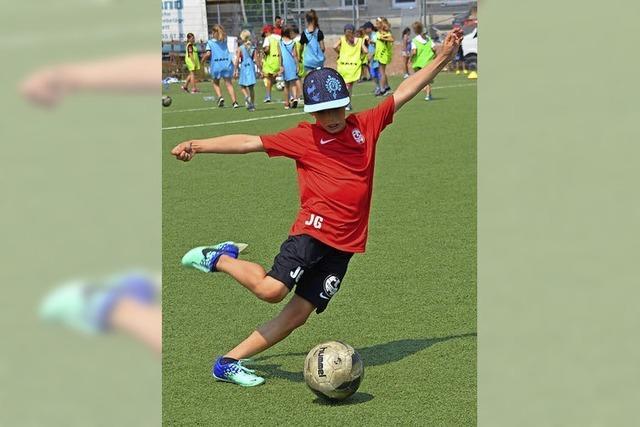 Schüler haben viel Spaß beim Kicken und an Bewegungsstationen
