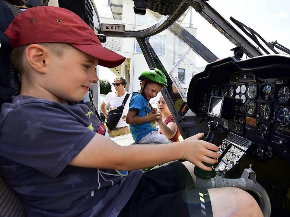 Im Cockpit des Luftrettungs-Hubschraub...(6, links) und Nicolai (3) ihren Spaß.  | Foto: Thomas Kunz
