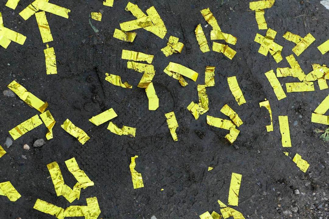 Tausende gelber Schnipsel flogen bei d...s  am Samstagvormittag durch die Luft.  | Foto: Markus Maier