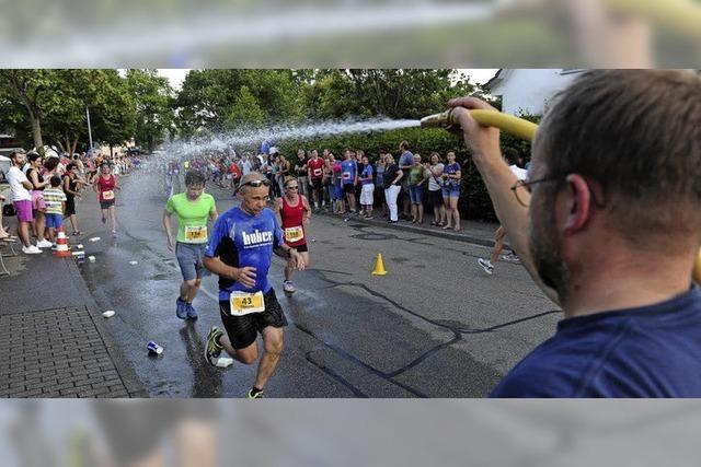 Wasserdusche schob die Läufer an
