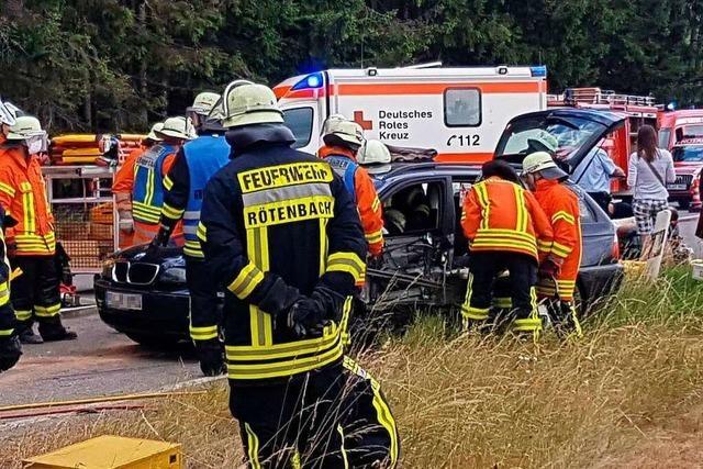 Schwerer Verkehrsunfall mit sieben Verletzten auf B 31 – vier davon schwer
