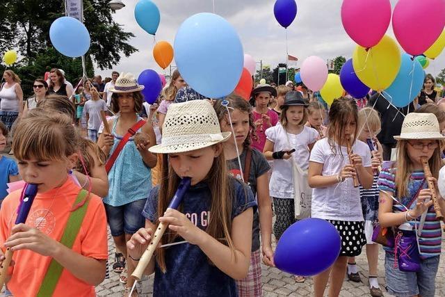 Musikschulen aus beiden Rheinfelden ziehen über die Rheinbrücke