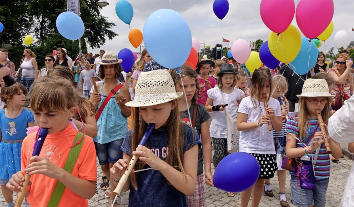 Musizierend bewegten sich die Kinder m...nd  Luftballons über die Rheinbrücke.   | Foto: Roswitha Frey