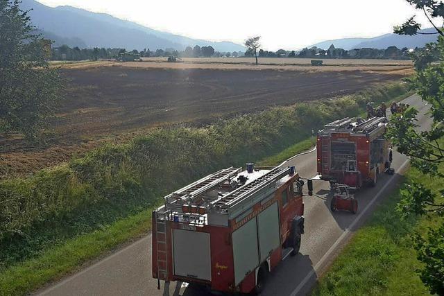 Weizenfeld bei Zarten brennt ab