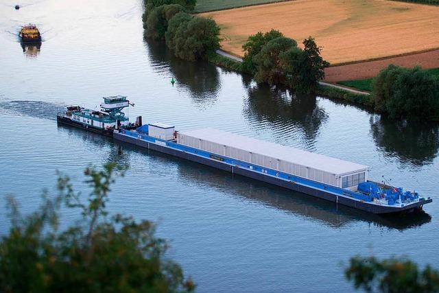 Schiff für ersten Castor-Transport auf dem Neckar unterwegs