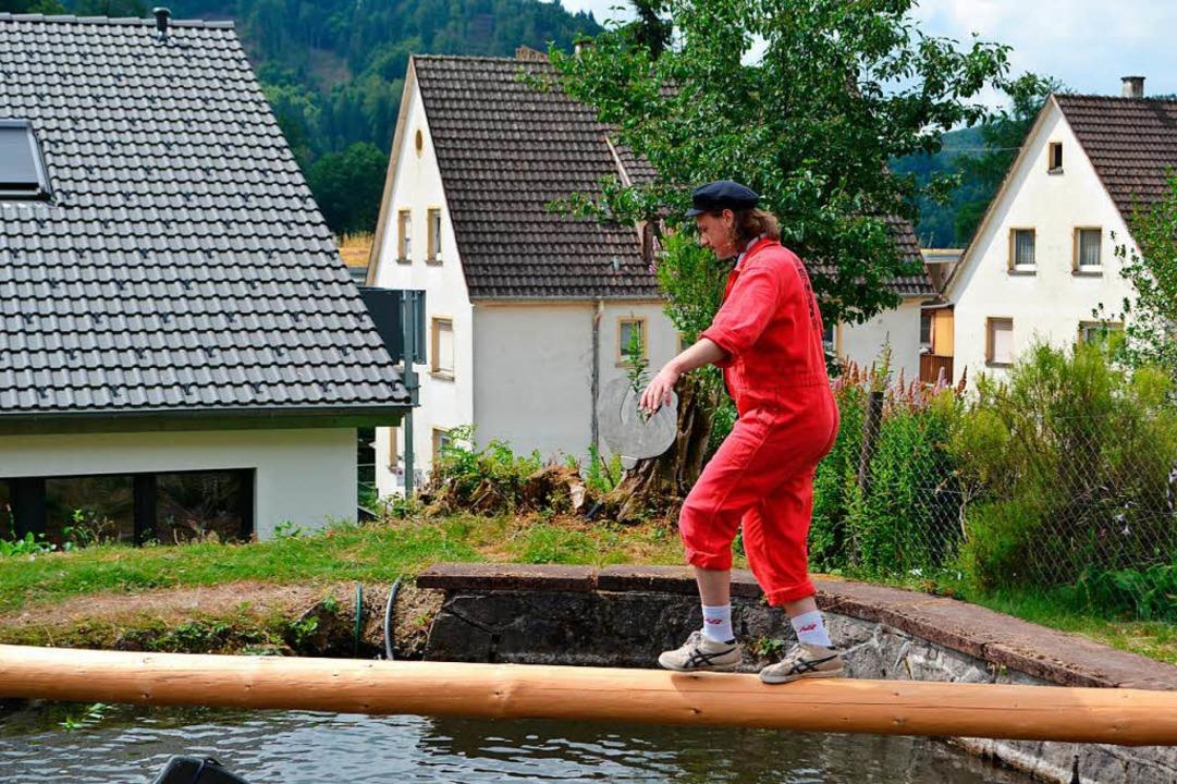 Für Mutige: Balancieren auf dem Rundbalken  | Foto: Paul Berger