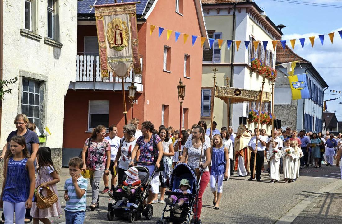 Forchheim. Im Sonnenschein fand die Prozession durch das geschmückte Dorf statt.  | Foto: Roland Vitt
