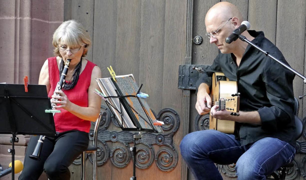 Josefine Weigmann und Jeremiah Wood ve...gabend auf dem Forchheimer Kirchplatz.    Foto: Hülter-Hassler