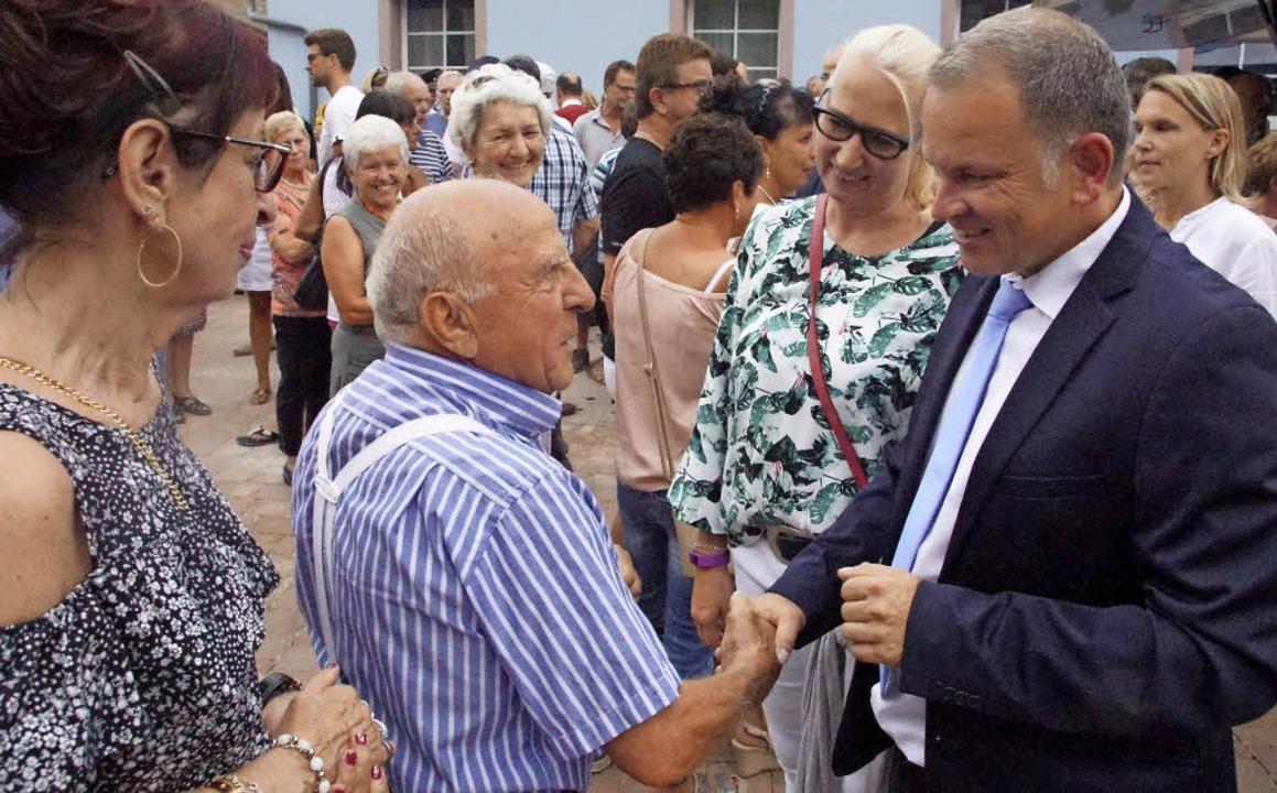 Viele Bürger gratulierten ihrem neuen und alten Bürgermeister.    Foto: Ilona Huege