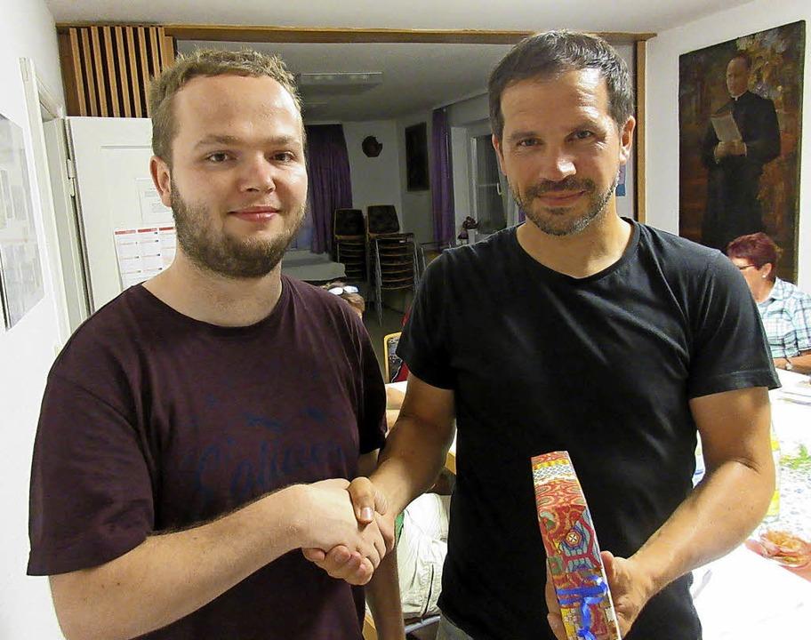 Gemeindeteam-Vorsitzender Bertram Hensle (rechts) dankt Moritz Schwier.    Foto: Reiner Merz