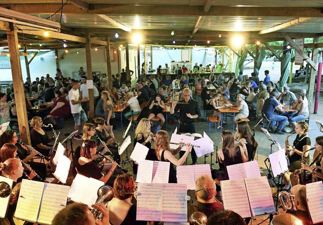 Der Musikverein Kürzell unterhält die Gäste am Samstagabend.     Foto: Wolfgang Künstle