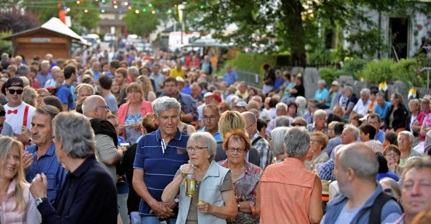 Mehr als 1000 bestgelaunte Besucher fe... vom Rathaus zur  Bühne beim Kurhaus.   | Foto: Wolfgang Scheu