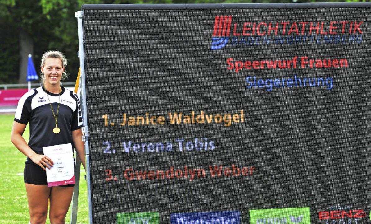 Stolze Landesmeisterin: Janice Waldvog...wann im Speerwerfen die Goldmedaille.   | Foto: heiler