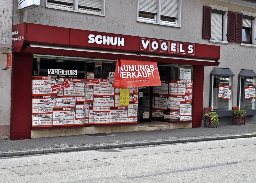 Das Schild Räumungsverkauf weist auf d...els in der Ihringer Bachenstraße hin.     Foto: Kai Kricheldorff