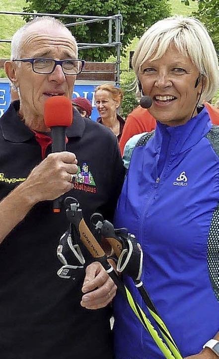 Charly Doll und Anke Faller stimmen die Teilnehmer auf die Strecke ein.  | Foto: Heidrun Simoneit