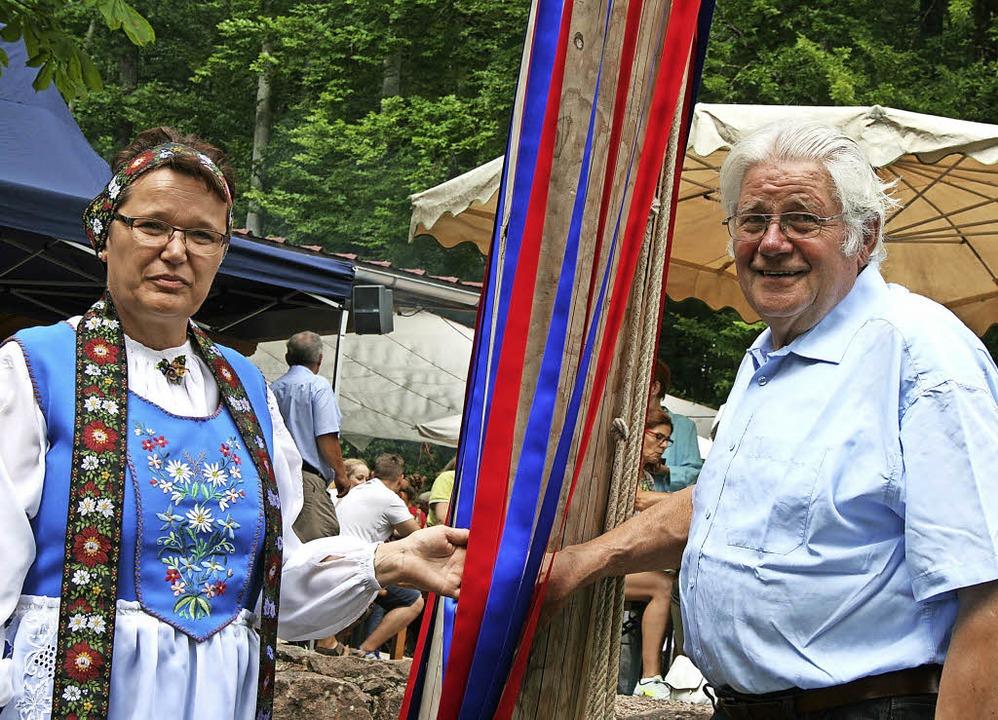DIeter Hahn und Hedda Schuller zeigen ...tamm bei der Hägelberger Waldschänke.     Foto: Ralph Lacher