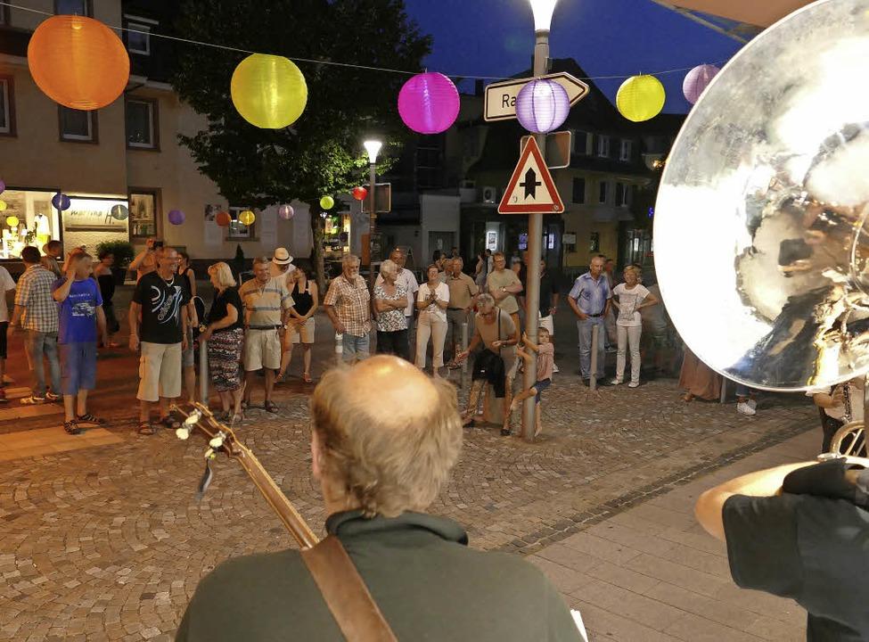Lampions wiesen beim Bläserfestival de...die Geschäfte zum langen Abendeinkauf.    Foto: SENF