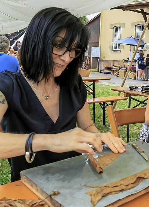 Die Kunst des Zigarrendrehens zeigten Sabine Reichenbach und Monika Böhnert   | Foto: SAndra Decoux-KOne
