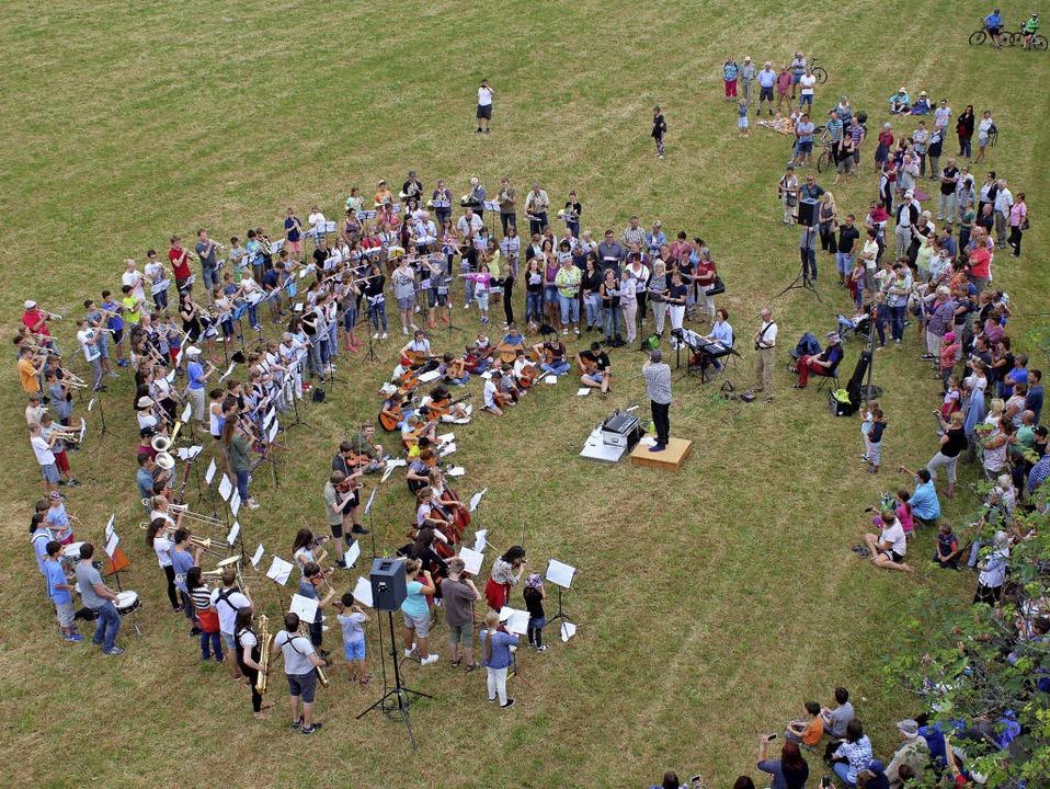220 Instrumentalisten und Sänger der J...t auf der Kirchwiese in Hinterzarten.   | Foto: DIETER MAURER