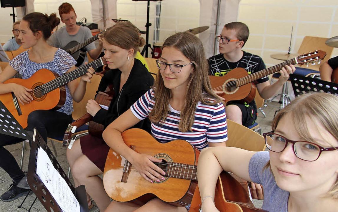 Ein ganzes Gitarrenorchester gibt es b...reuten mit ihrem Können am Sommerfest.  | Foto: Eva Korinth