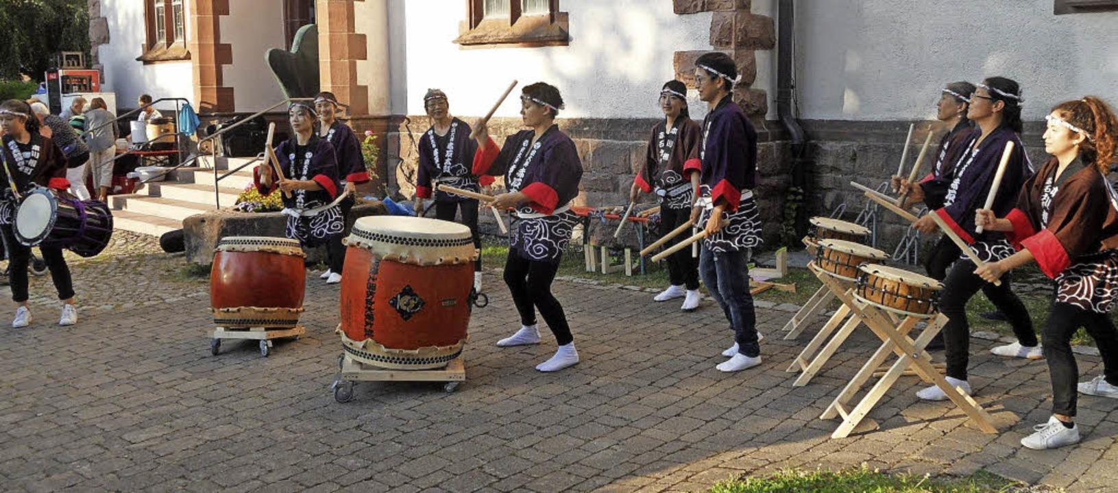 """Die japanische Trommelgruppe """"Akaishi Daiko"""" in Buchenbach.    Foto: Josef Faller"""