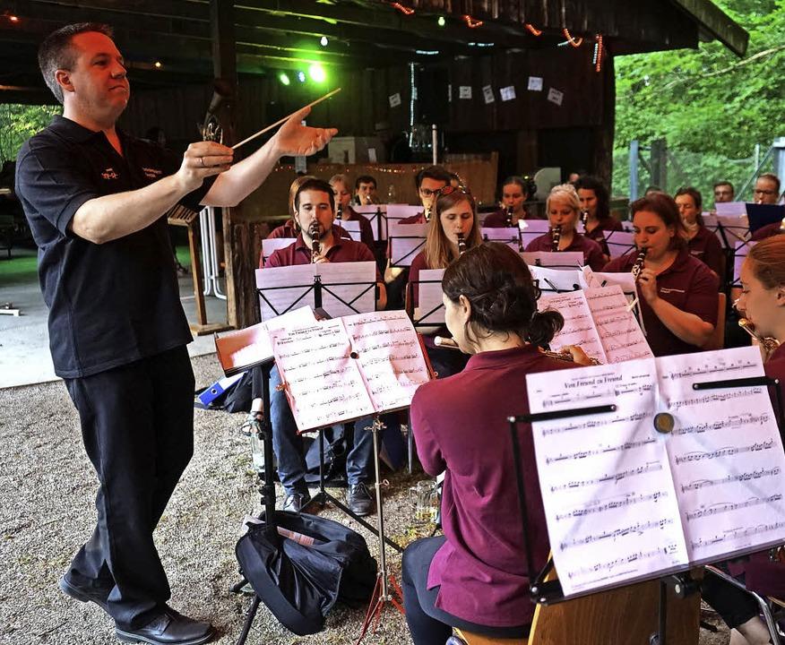 Die Orchestergemeinschaft Seepark gest...ung des Fests auf dem Waldgrillplatz.     Foto: Julius Steckmeister