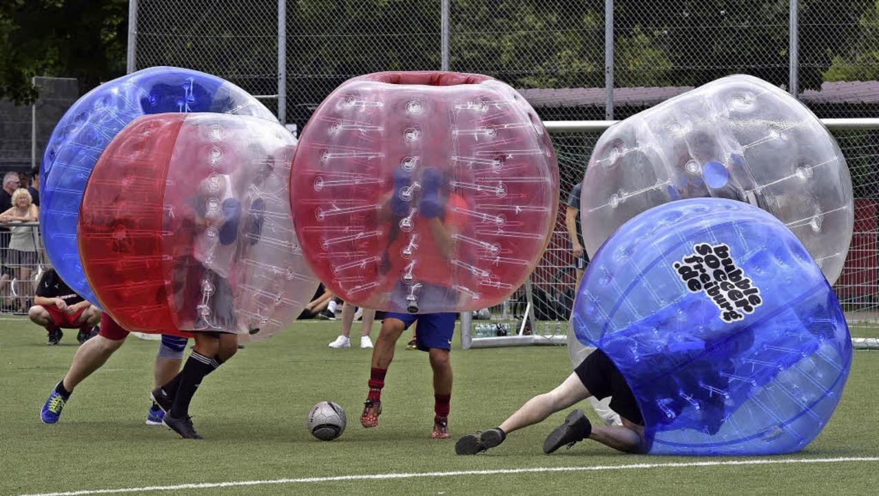 Der Gewinn aus dem Bubble-Soccer-Benef...e 5000 Euro an den Verein überreichte.  | Foto: Thomas Kunz
