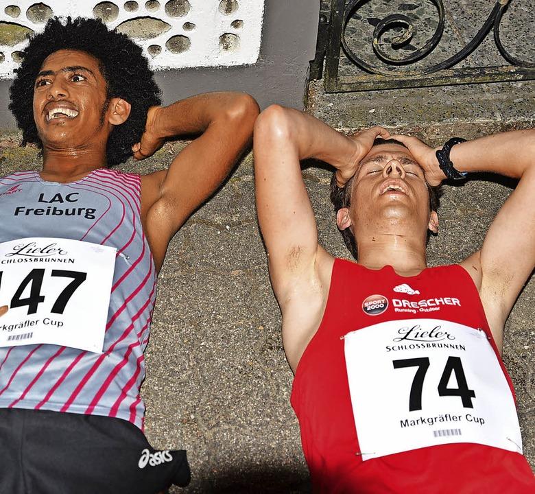 Erschöpft am Boden  – und doch g...mon Teklebrhan (links) und Fritz Koch   | Foto: Murst
