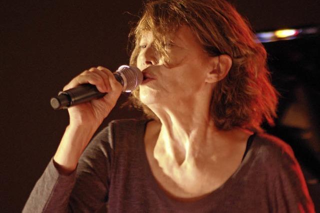 Jane Birkin singt am Straßburger Rheinufer Serge Gainsbourg