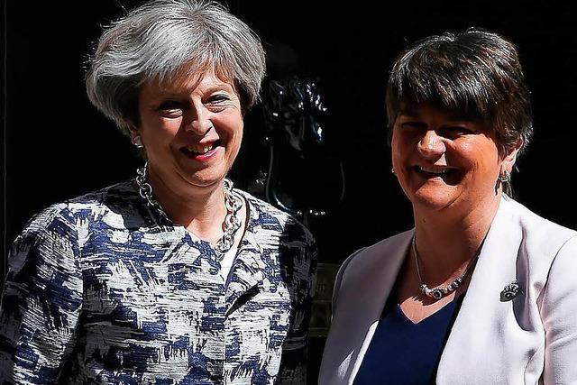 Die britische Minderheitsregierung in London steht