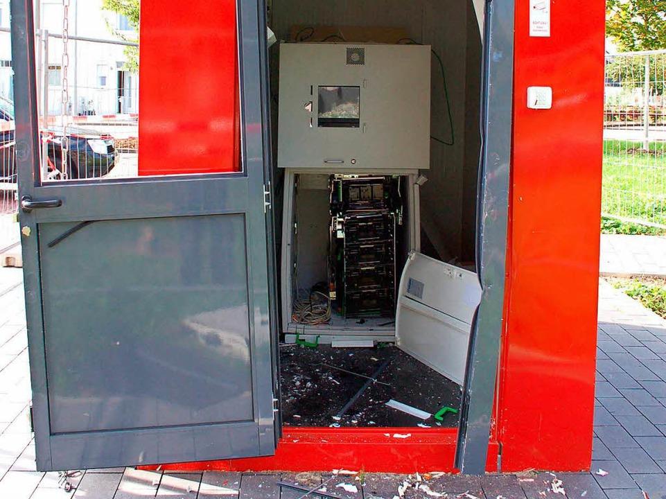 Diesen Geldautomaten, der in Breisach steht, haben Diebe aufgesprengt.  | Foto: Gerold Zink