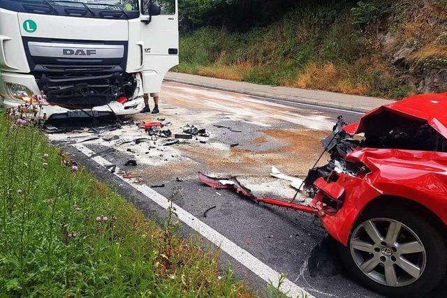 Schwerer Unfall auf der B31: Polo und Laster krachen im Höllental zusammen