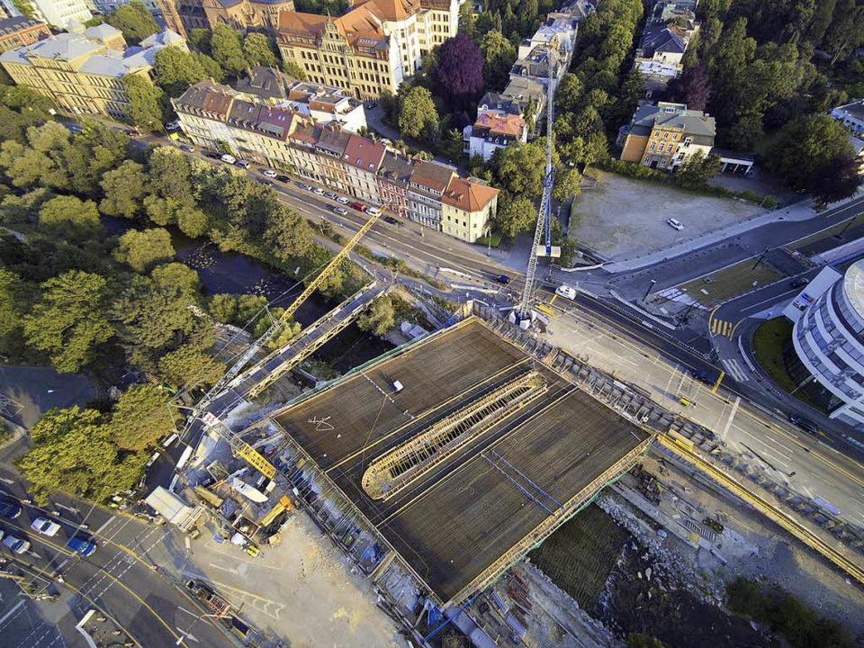 Die Kronenbrücke muss in einem Rutsch ...e, wo schon blaue Rüttelgitter liegen.    Foto: Michael Saurer