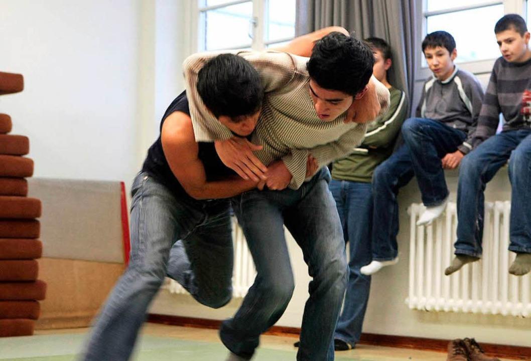 Angebote zur Gewaltprävention an Schulen sind heute wichtiger denn je  | Foto: dpa