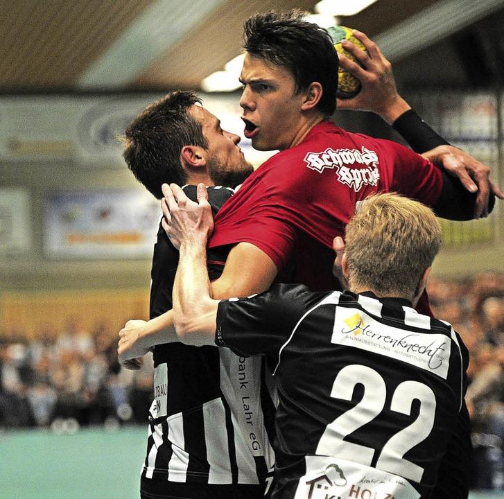 <BZ-FotoAnlauf>Handball:</BZ-FotoAnlau... einen Profi-Vertrag  unterschrieben.   | Foto:  Pressebüro Schaller