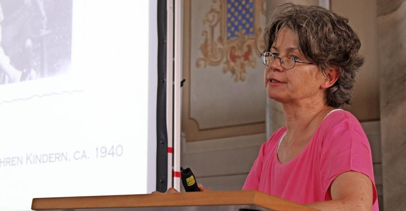"""Anne Overlack liest aus ihrem familien...222;In der Heimat eine Fremde"""".     Foto: Erik Stahlhacke"""